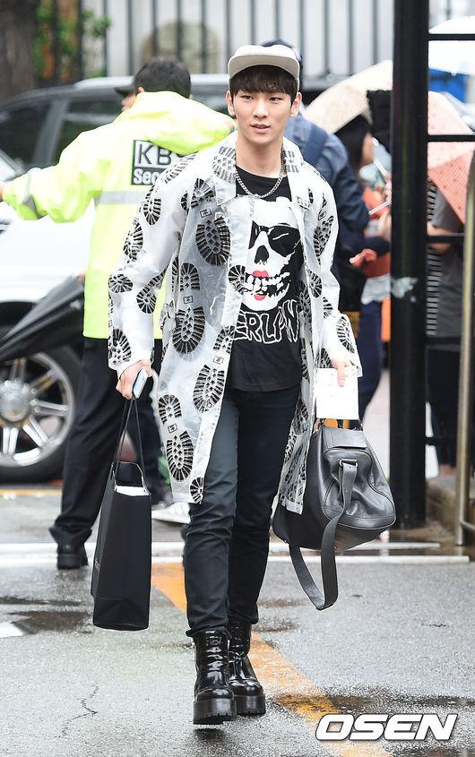 下雨是吧?那就只好拿出我最潮的雨衣了~SHINee Key不但秀出他自豪的雨衣,聽說還是去買了蘋果出的手錶後趕過來的,連科技產品都要炫耀~我想上班天根本就是你的新商品展示日惹(指~~)