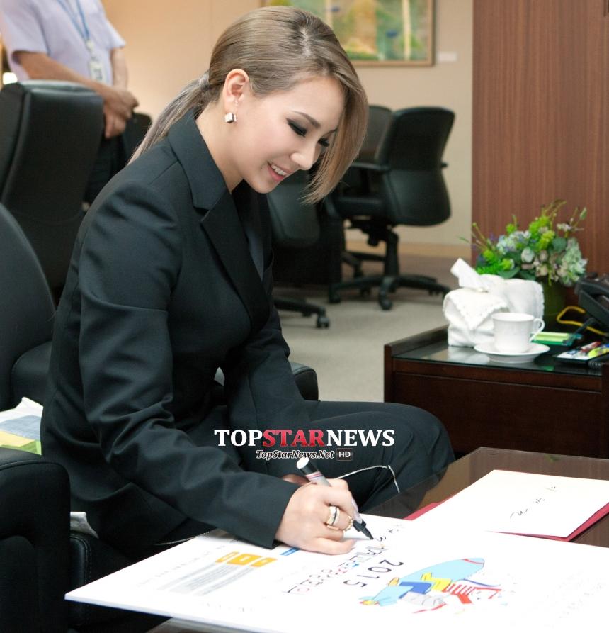 當然她也沒有忘了韓國家鄉的活動,和擔任名門大學教授的父親一起參加了「2015世界科學頂尖會議」,擔任該會的宣傳大使