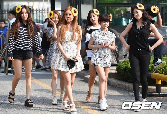 首先第一組是到音樂銀行上班的T-ARA,每個人頭戴向日葵,一到場就讓人揚起了微笑~