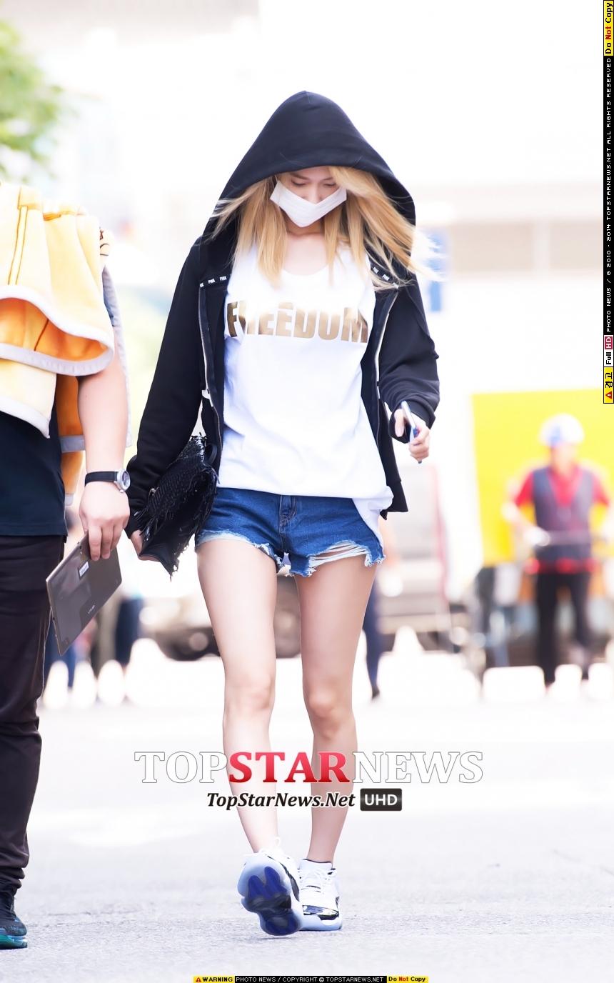 這天少女時代的潤娥也戴著口罩,唉呀~畢竟上班前還沒化妝,不想要破壞大家的印象啦(潤娥不化妝也美啦~)