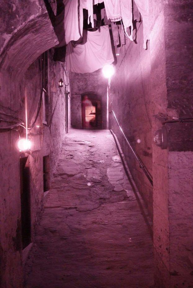 由於病情逐漸蔓延,1645年這裡的一條鵝卵石鋪成的狹窄小街被徹底封鎖,傳說有些感染了瘟疫的住宅,裡面的人被用磚頭封門活活餓死,最後這些人全部死在家中。