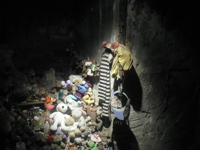 2003年,這條小街重新開放,成為旅遊景點。安妮的房間也被保留下來,很多遊客為了安慰安妮的靈魂,都會在她的房間裡留下玩具。
