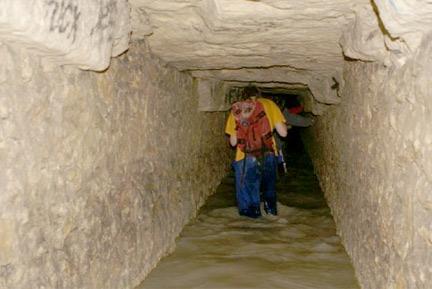 大約距離地面二十米,據統計這條通道一共堆放了大約700萬具遺骸。這條墓穴地道全長300公里,高3米,寬2米,其中僅有1公里的墓穴道供人參觀。
