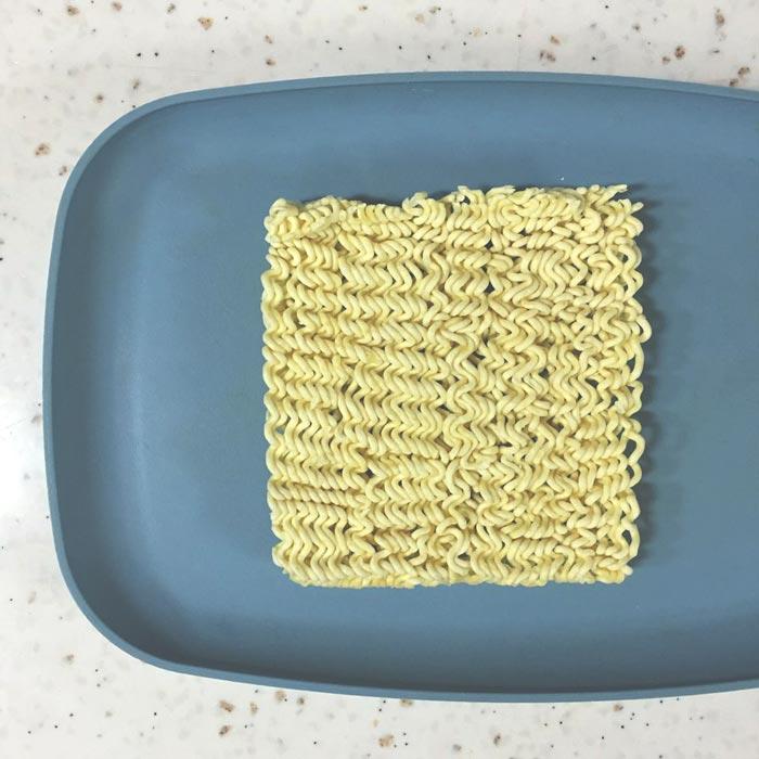 準備泡麵,因為晚上吃泡麵容易長胖,所以小編把泡麵掰開了只用了一片~瘦子隨意。