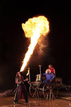 4. 用嘴噴火最長的人 : 8.05m ▶挑戰者 : Antonio Restivo, 美國拉斯維加斯 比較費解的是竟然有這種比賽?