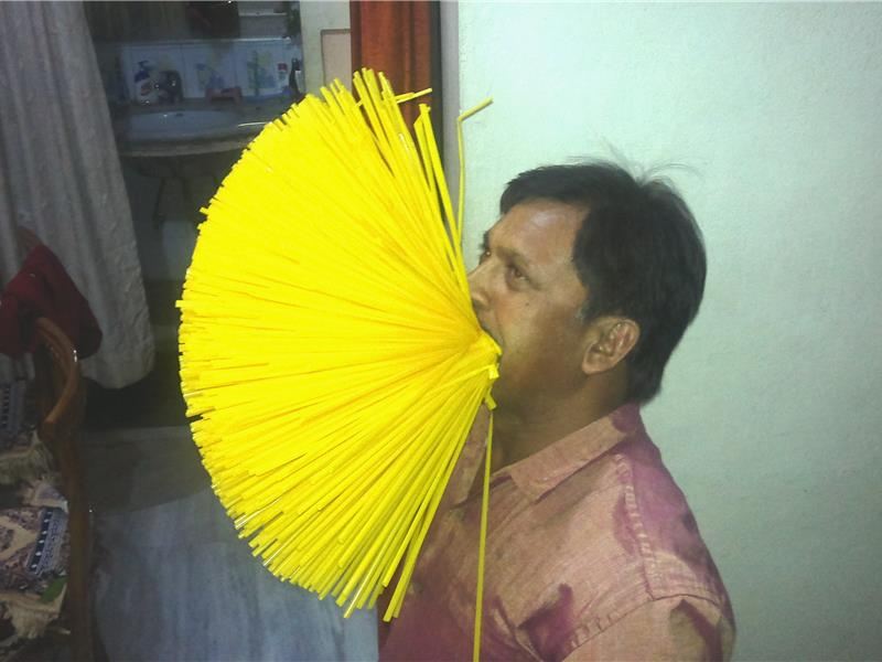 12. 嘴裡含最多吸管的人: 1000個 ▶挑戰者: Madhya Pradesh, 印度 (開掛的印度人 ⊙_⊙)