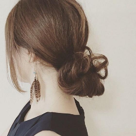 除了比較高的包頭,你也可以綁低的,看起來既成熟又優雅。