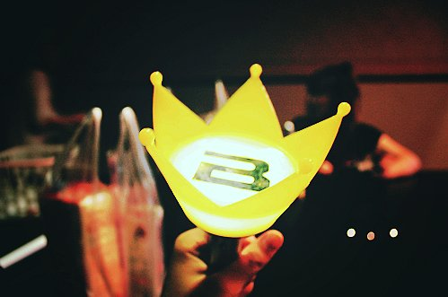 #BIGBANG BIGBANG並沒有官方的應援色,常被誤認應援色是黃色,大概是因為手燈的關係。被VIP(BIGBANG粉絲名稱)笑稱是蓮花燈,但其實人家是皇冠(摀臉)
