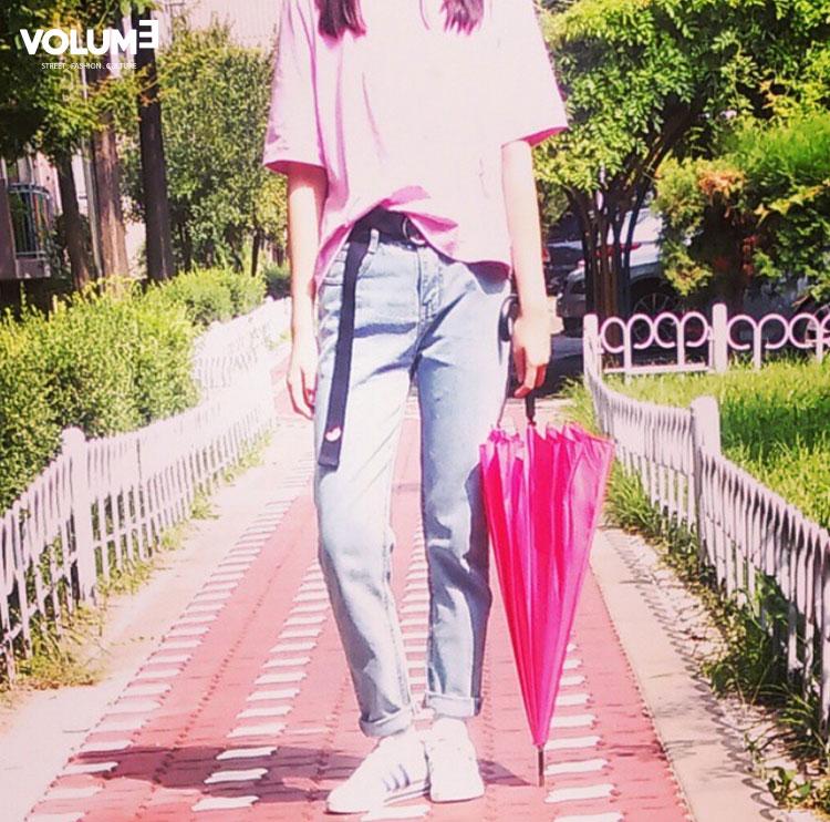 ❀ 桃紅襯衫 + 亮色牛仔褲(話說最近粉紅色大勢喲~) 雨傘也可以成為時尚的POINT了啦!
