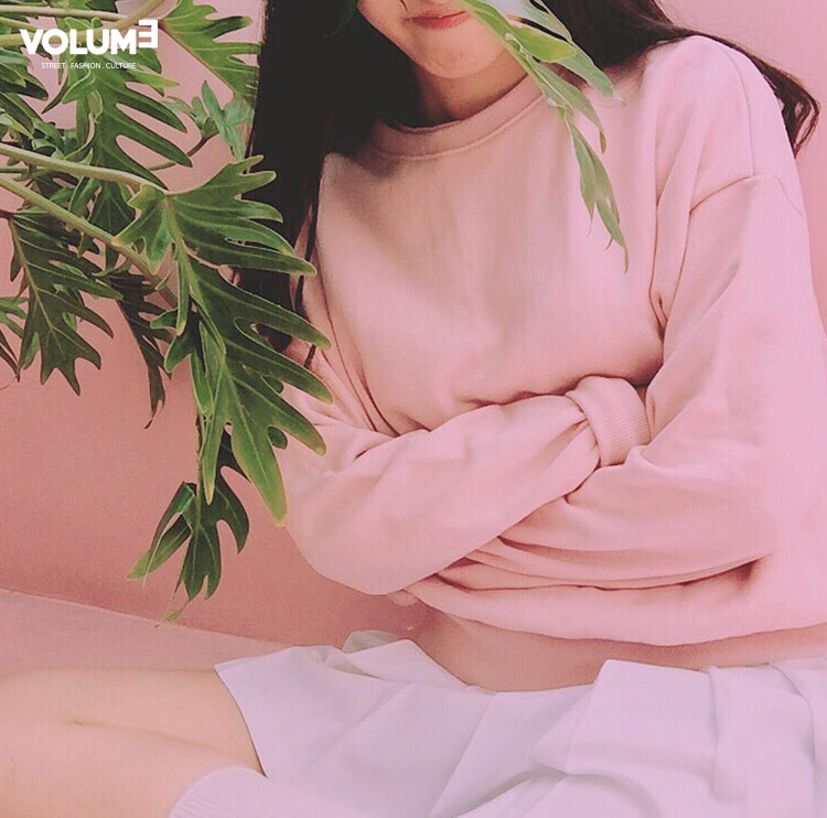 ☆ 草莓牛奶色的運動衫 + 白色短裙 演繹青春美少女Look,可愛十足(✿◡‿◡)