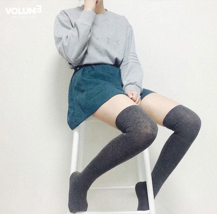 ❀ 灰色運動衫 + 青綠色半身裙 + 輕薄面料製成的及膝襪 這一套搭配小編不明覺厲(不知道什麼意思,但是感覺很厲害的樣子~),好喜歡好喜歡O(∩_∩)O