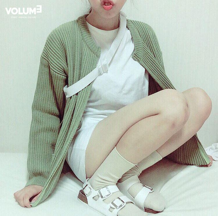 ❀ 厚一點點的針織衫,選擇特別的顏色,搭配全白是不是很跳呢~