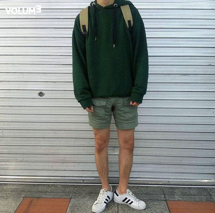 □ 厚連帽運動T + 同色系淺色短褲 看得出來天氣真的漸漸變冷了呢?粉絲們都開始穿長袖衣服了~