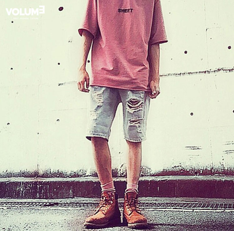 □ 粉紅色上衣 + 牛仔短褲下裝,簡單卻摩登的Daily Look 整體感覺比較適合偏瘦的男生穿,鞋子搭配得也不錯的喲!