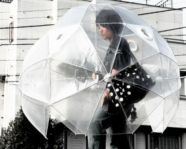 一滴雨都淋不到的全方位隔離雨傘 可是這個雨傘撐起來不會很重嗎?走路方便嗎?