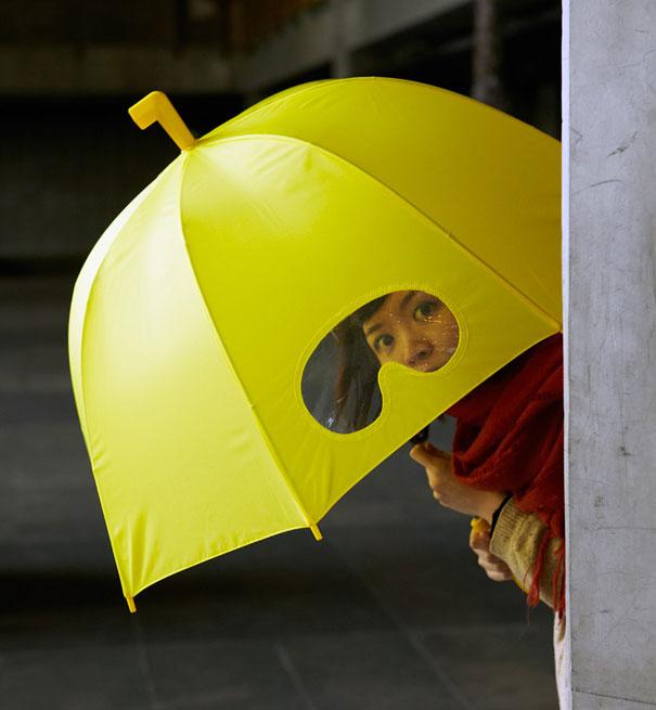 雨大風也大的時候,我們常常會把雨傘撐得很低走路,卻看不到前方很危險。 這把看得見前方的雨傘設計可能會很實用,但怎麼感覺也會很呆!