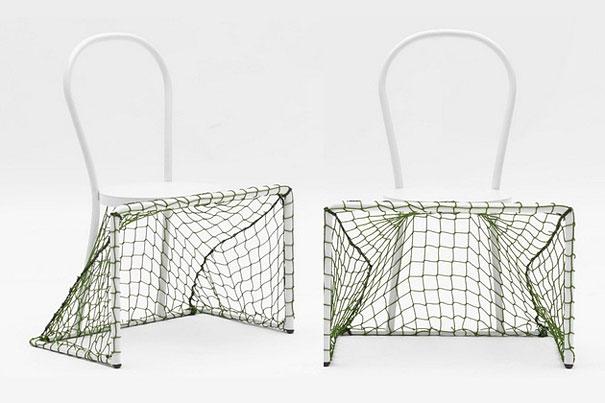 椅子兼足球網.....坐在上面的朋友要小心啦!!!! 不小心球沒進的話,不知道會踢到哪裡呢~