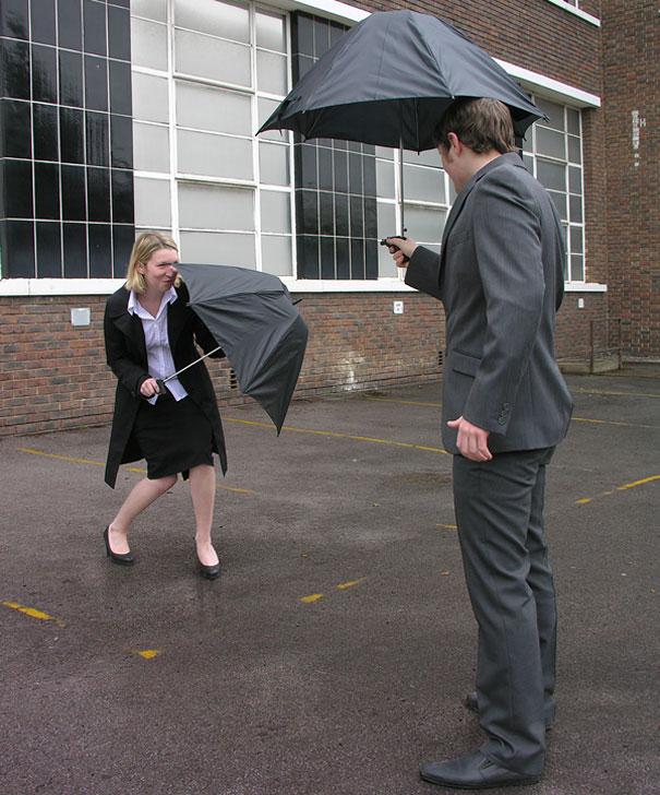 馬上讓你玩一場雨天的水槍大戰 (那又何必打傘呢?)