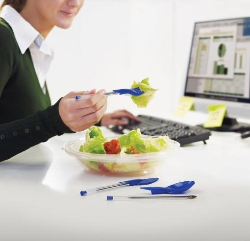 邊吃飯邊工作 吃飯時靈感一現,馬上記錄