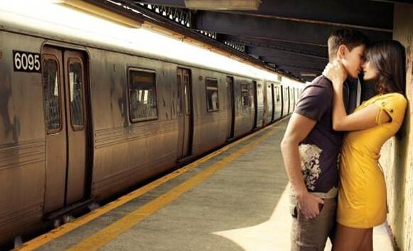 在英國柴郡,火車乘客不允許在站台逗留、親暱話別,也不允許接吻。如果你真的有很多離別的話要說或想要接吻,你可以去接吻區,那裡會有很多激情難捨的情侶陪伴你們,不會尷尬哦~