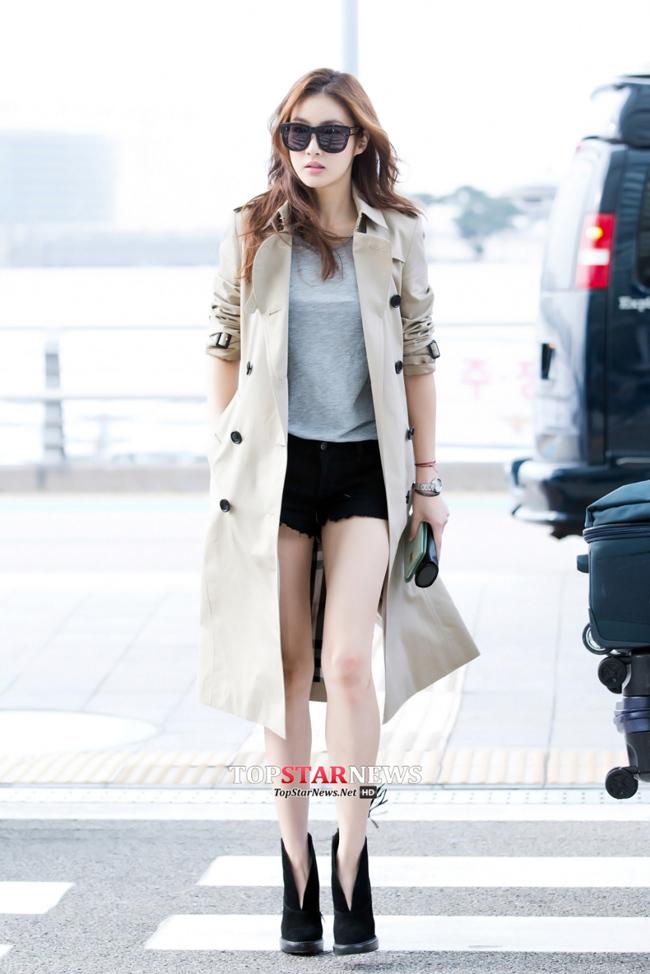 身著風衣搭配短褲的演員姜素拉~ 為什麼小編眼裡全是腿呢?:) 身材太棒了♡