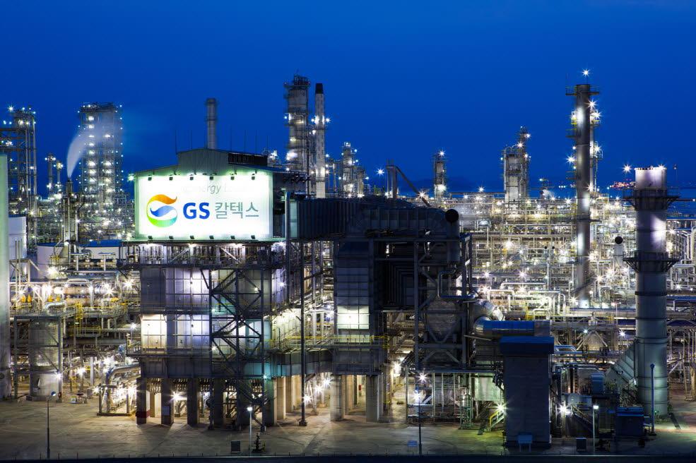 ▣ 8位. GS加德士 (石油化學工業) 平均年薪 : 9107萬韓元(約合台幣268萬) 平均月薪:22.3萬台幣 職員數 : 3209 名 平均工齡 : 14.6 年