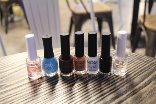 這是今天要用的指甲油:除了打底液和亮甲油,還準備了天藍色,深褐色,淺褐色,白色,黑色的指甲油。