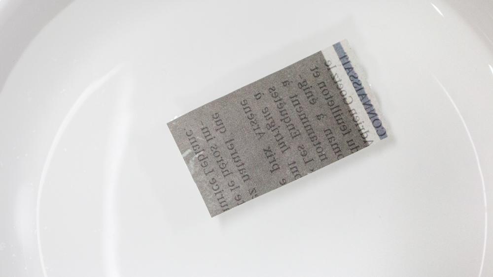 這時候把剛才剪好的報紙放在水裡泡20秒左右。