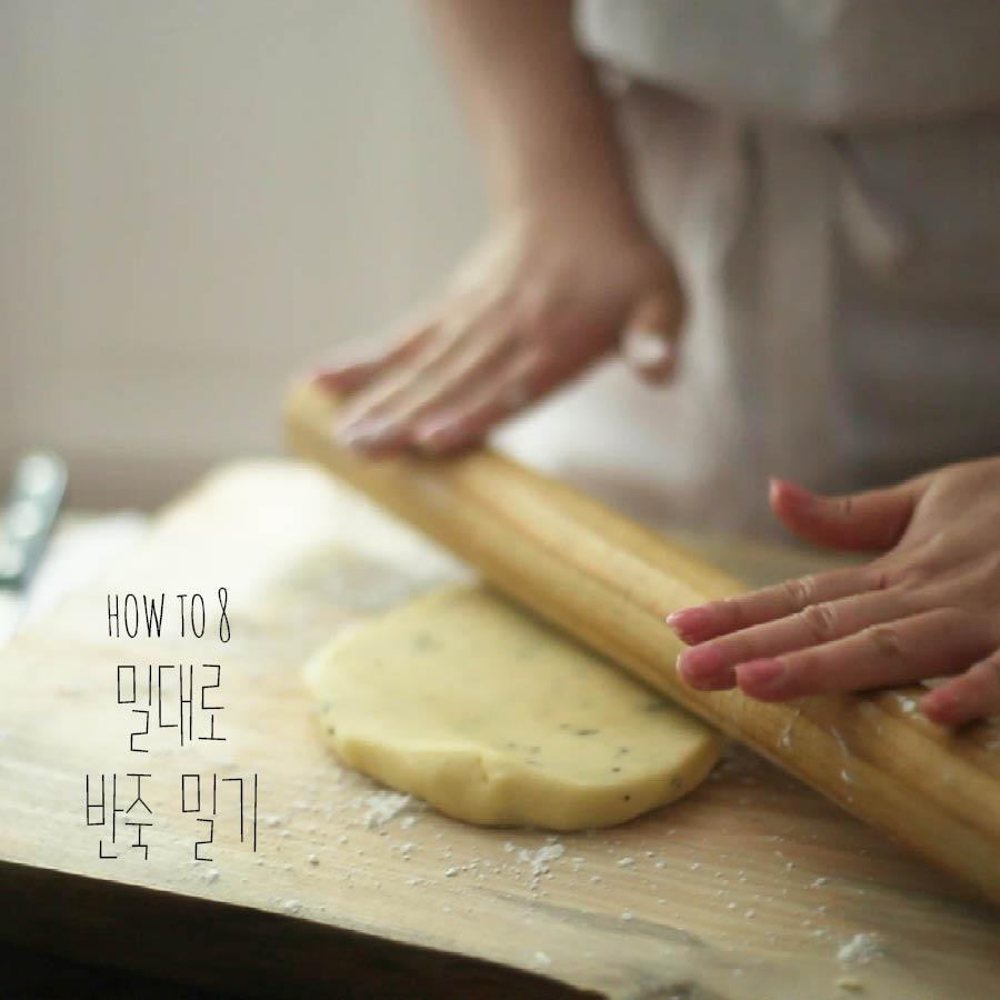 取出麵團,用擀麵棍使勁擀平,再用保鮮膜包裹好放入冰箱中...
