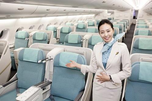 除了空姐的制服,連機內座椅也是天藍色為主,給人一種自然清新的感覺。
