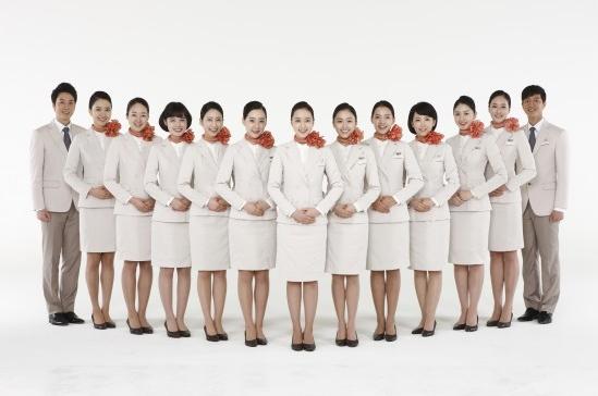 一身簡單大方的白色制服+橘色的絲巾,散發著一種莫名的甜美氣質。
