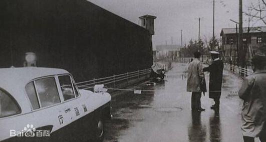 1968年(昭和43年)12月6日日本信託銀行(現在的三菱UFJ信託銀行)國分寺支行經理收到一封恐嚇信。信中要求銀行派一名女職員在第二天(12月7日)下午5點前將300萬日元送到指定地點。否則就炸掉該經理的家。當天警方在犯人指定的地點布置了50名警員,然而犯人並沒有出現。