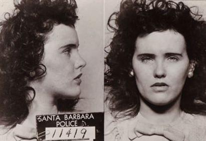 再加上死者生前交友甚廣,在經濟上百般依賴男人,而且私生活淫亂。洛杉磯警方花了三年偵辦此案,受調查的人超過千人,但無一人被確認是兇手。