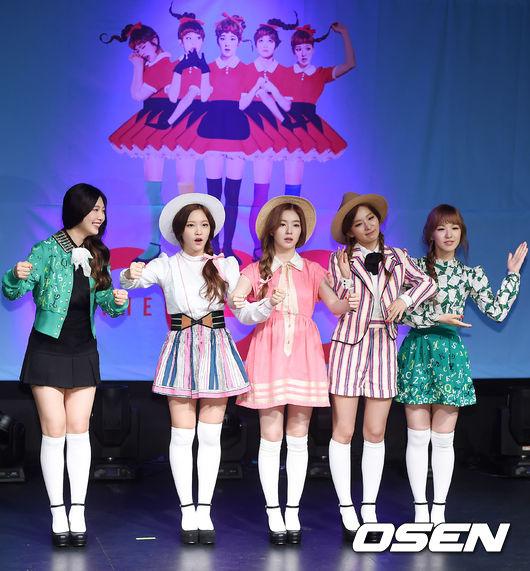 當然她們也要在新歌發表會上表演一下囉!8日在首爾舉辦的發表會,5位成員穿著MV裡亮相過的服飾登場!