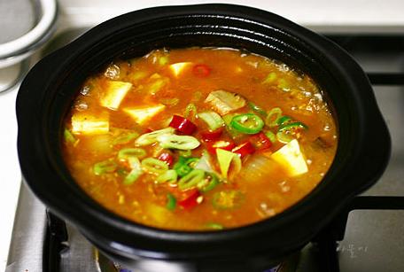 #5 大醬湯 : 就如同我們喝貢丸湯一樣平常,韓國的大醬湯就是韓式的味增湯,是韓國日常餐桌必不可少的傳統菜品,雖然還有預防癌症的效果,但是很多外國人因為其難聞的味道而不敢嘗試。