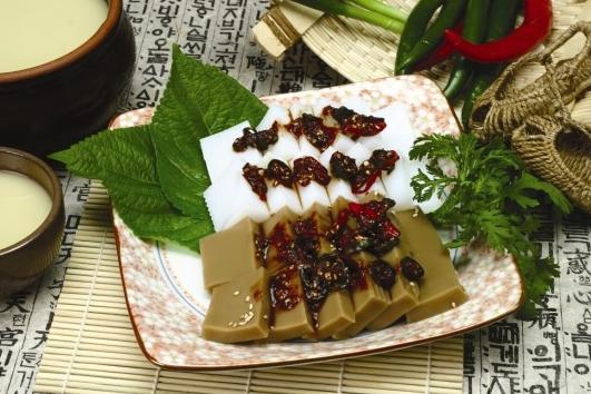 #7 橡子涼粉 : 橡子樹上的果實做成的涼粉,是韓國最具人氣的一道冷盤,有白棕兩種顏色,可以沾著醬油做的調料吃,也可以跟生菜黃瓜等蔬菜一起拌著吃,韓國人喜歡配著米酒一起吃。這個味道小編覺得台灣人應該會很喜歡,討厭的應該是歐美人吧!