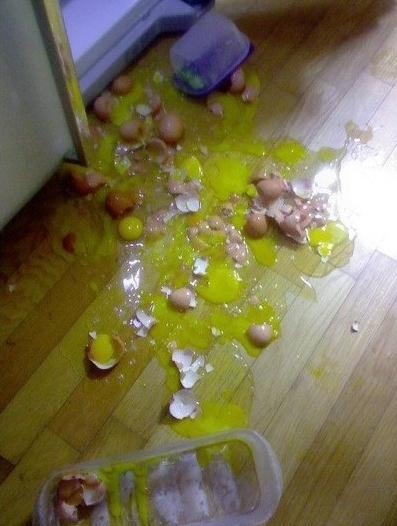 6. 雞蛋不小心打碎在地上,撒上麵粉擦即可。
