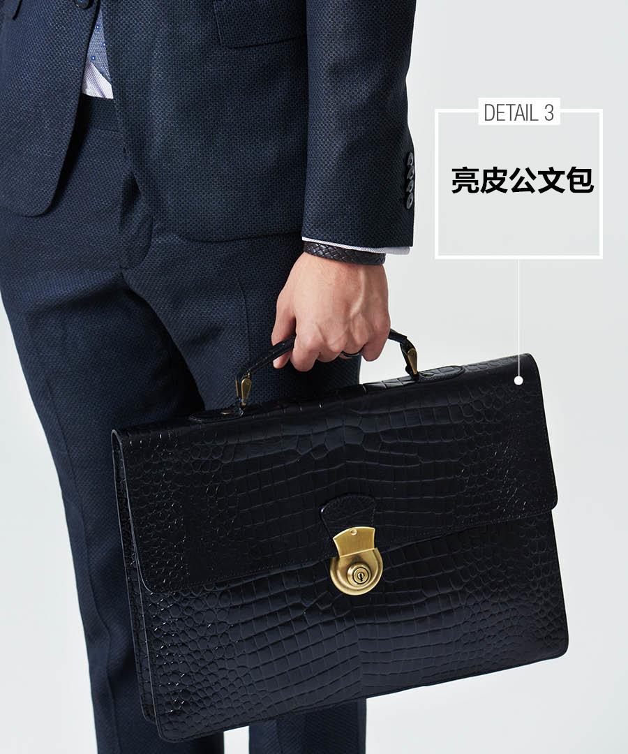 既然整體造型都走暗色系,那包包就一定要選一款有亮點的了,跟深灰最搭配的就是黑色了。