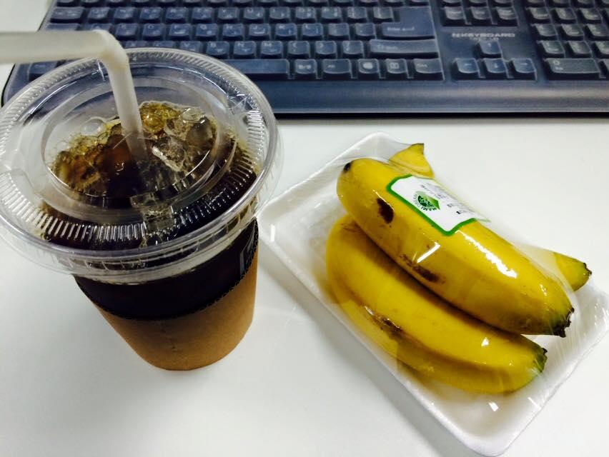 早餐:香蕉3個+飲料(美式咖啡,不加糖的生果汁,水,低脂牛奶)