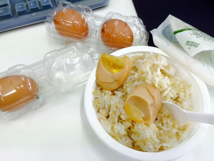 從第四周開始食譜也變了 早餐:香蕉3個+低脂牛奶 / 中餐:糙米飯+雞蛋4個 / 晚餐:雞蛋4個+香蕉3個(一樣不吃蛋黃)