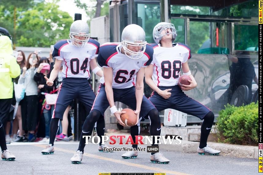 還記得一整個驚翻所有人的EXO上班日嗎? 穿著橄欖球裝還陣列前進的他們,帶給粉絲跟記者大哥們又驚又喜的守候時光~