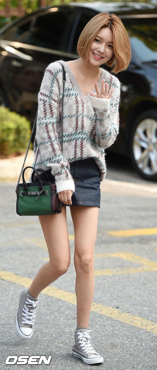 秀英則是演繹最新秋裝!看了是不是超想買身上的針織衫跟那款包包!(生火)