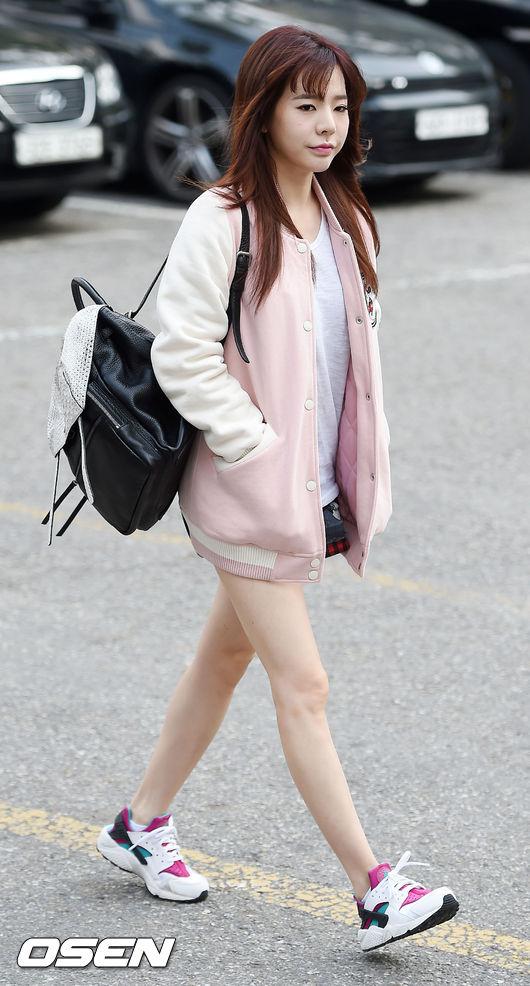 另外我也滿喜歡Sunny這身輕裝~棒球外套真的是秋冬必備~說到這個~應該開始要列購物清單惹(激起了購物慾)