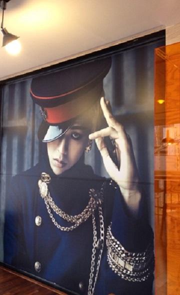 在餐廳中也有GD的巨型海報,後來都成為粉絲的留言牆呢