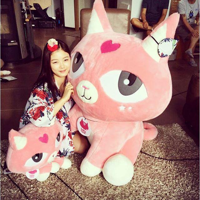 雖然看她平常電視上的樣子很成熟,但私下還是個小女孩~喜歡娃娃~粉紅色小物