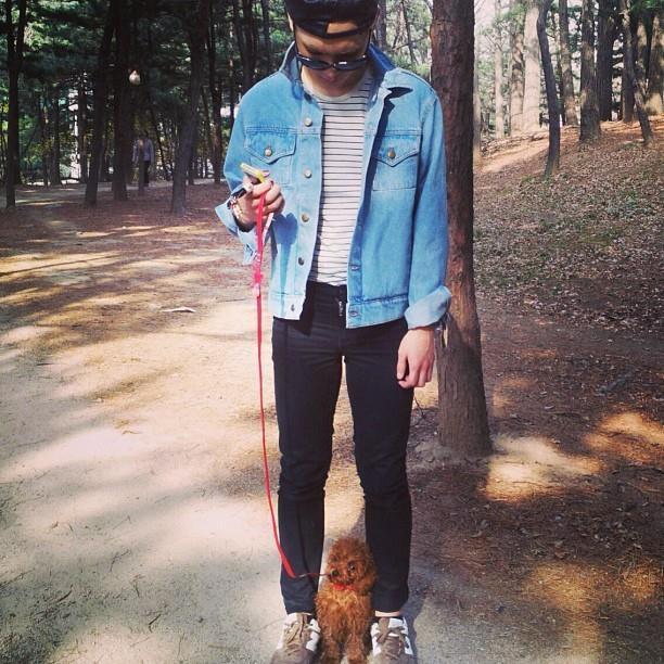 SHINee的Key也是愛狗一族,帶著自家狗狗出來散步,怎麼感覺右邊手有點空空的,小編非常不介意拉住右手(→自作多情)。