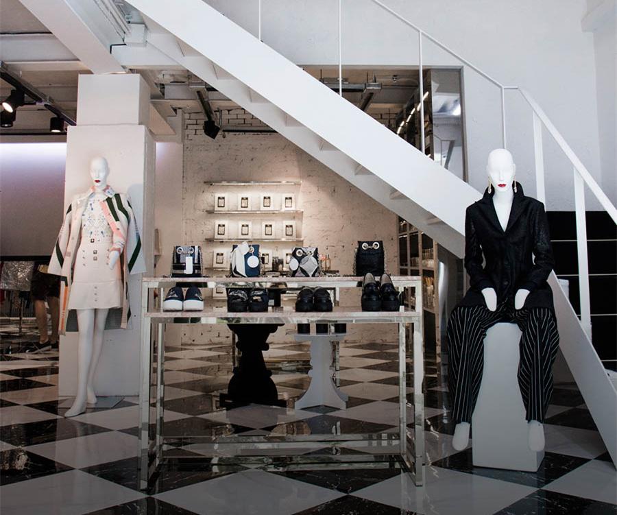 正如店名「rare 」的意思,一進入一層入口就給人一種獨特的時尚感。店內的裝修也一如GD的MV般有型又好玩。