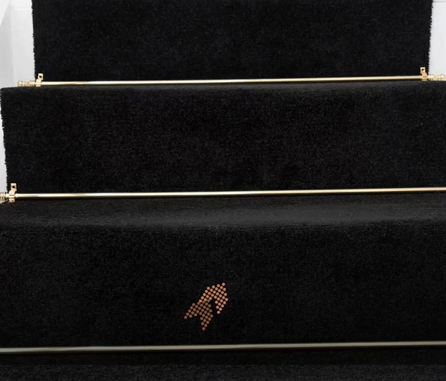就連一樓通往二樓的黑色地毯都設計的很特別~鑲嵌的金色金屬邊也讓整個店面設計提升了好幾個level