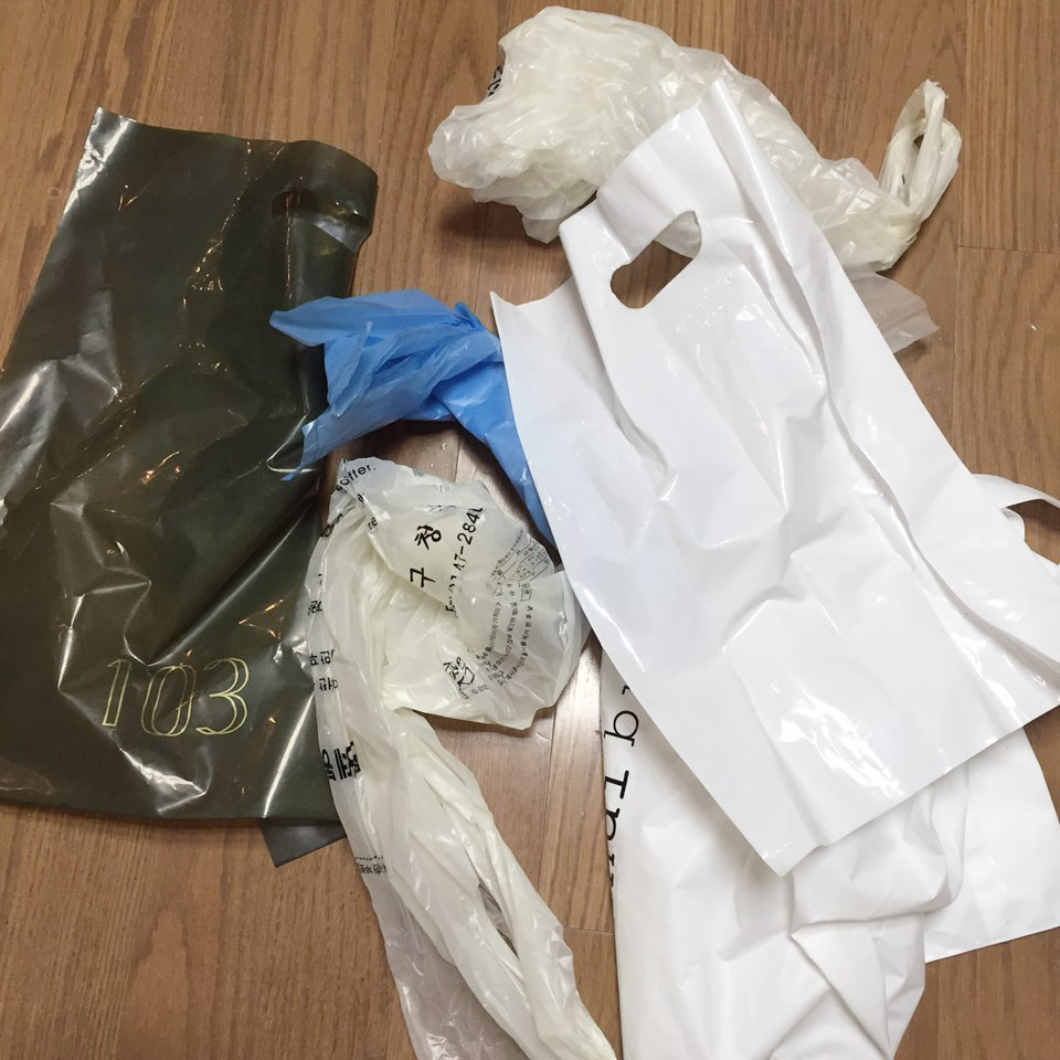 2. 抽紙盒保管垃圾袋 每次購物回來一定會有很多空袋子,一般大家都會留著裝垃圾吧!可是一堆垃圾袋堆在一起看上去又亂七八糟,還很佔地方。
