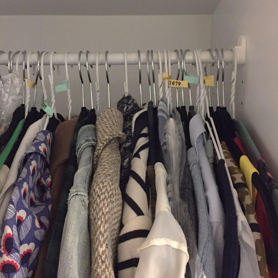 3. 活用易拉罐瓶蓋製作兩層衣服掛鉤 尤其是女生衣服越買越多,家裡剛好又不夠大,沒有地方再多放一個衣櫃的時候……